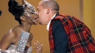 Alexander McQueen bows down to Lil' Kim at Vogue Fashion Awards (1999 HD)
