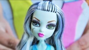 'Monster High - Projektuj z Frankie Stein! / Designer Booo-tique Frankie Stein Doll & Fashions'